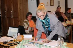 Die für die Maske zuständige Visagistin Leonie Aschenbach bei der Unterzeichnung der Satzung.